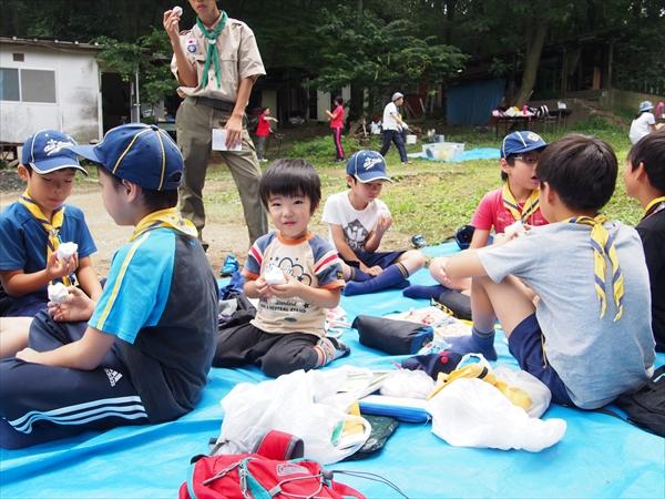 カブ隊の夏キャンプの準備と調理活動